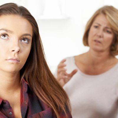 Madre habla con adolescente
